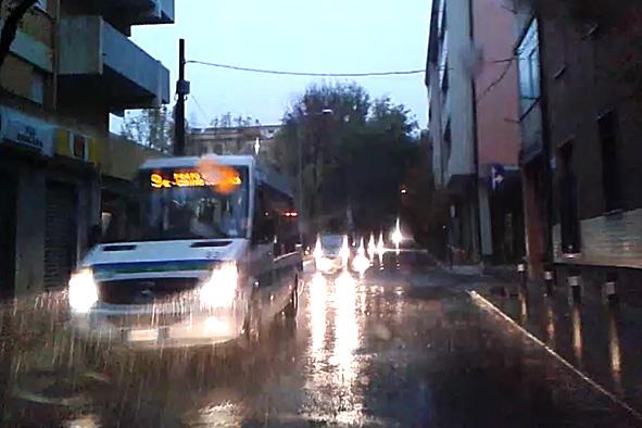 Autobus sotto la pioggia (foto S. Novellu - Cronache Nuoresi)