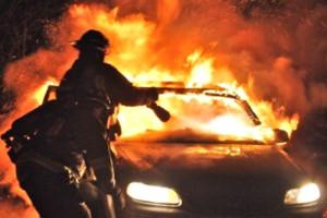 Un'autovettura in fiamme (immagine di repertorio)