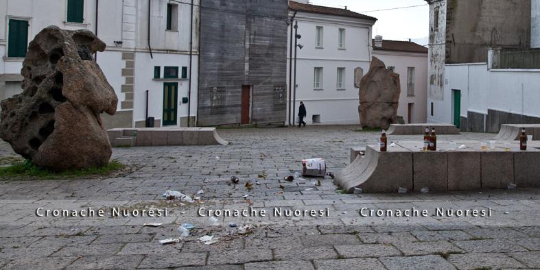 P.zza Satta invasa dai rifiuti (foto S. Novellu - Cronache Nuoresi)