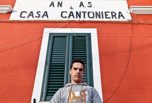Paolo Porcu davanti alla propria abitazione, dopo la protesta (foto S. Novellu - Cronache Nuoresi)