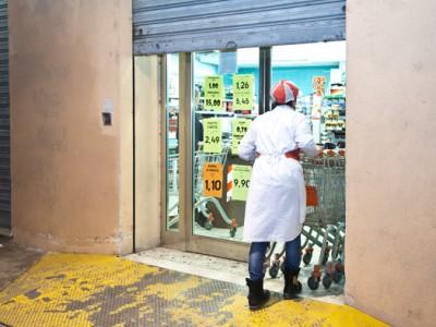 Una commessa del supermercato Nonna Isa appena rapinato (foto S.Novellu - Cronache Nuoresi)