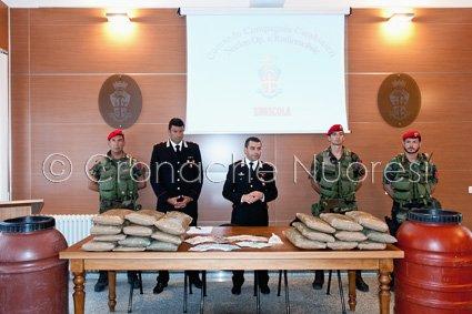 La-conferenza-stampa-dei-Carabinieri-sul-maxi-sequestro-di-droga-©-foto-Cronache-Nuores