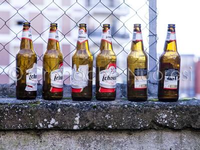 Alcune bottiglie abbandonate in strada dopo una notte di bagordi (© foto S.Novellu)