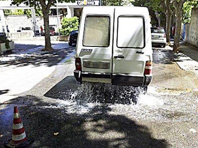 Il pick up di Abbanoa parcheggiato sulla perdita d'acqua in via Lombardia