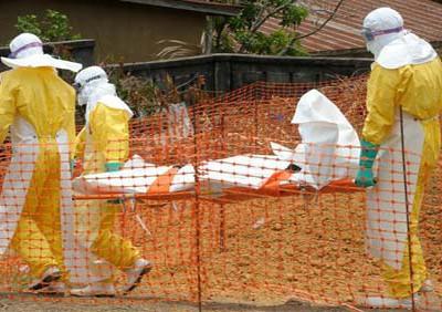 Soccorsi a una vittima del virus Ebola