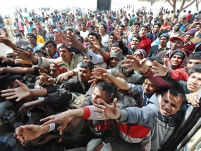 Migranti durante lo sbarco sulle coste italiane