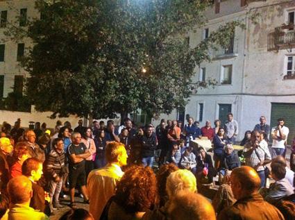 Cittadini riuniti in piazza Satta