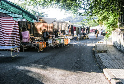 Le bancarelle deserte del mercato di via Montale (© foto Cronache Nuoresi)