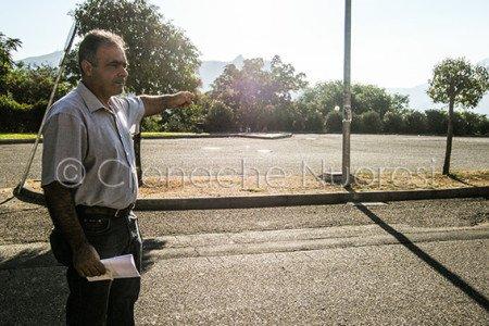 Roberto Stara indica i parcheggi deserti (© foto Cronache Nuoresi)