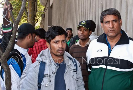 I migranti davanti alla Questura (© foto S.Meloni)