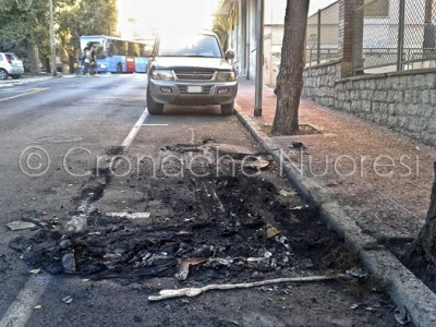 I resti della Nissan andata a fuoco nella notte (© foto Cronache Nuoresi)