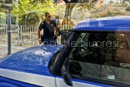 La Polizia in via Nenni (© foto Cronache Nuoresi)