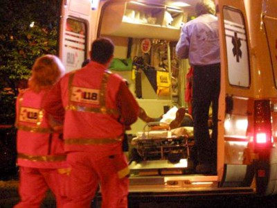 Un ferito caricato sull'ambulanza dai medici del 118