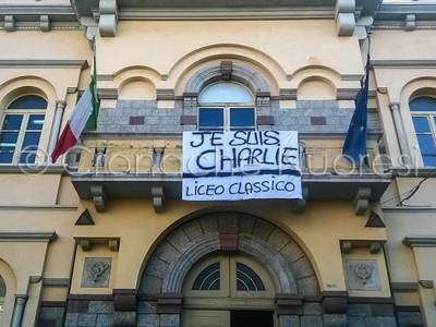 Je suis Charlie. Lo striscione affisso sulla facciata dell'Asproni