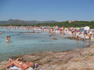 Una spiaggia della Sardegna affollata di turisti