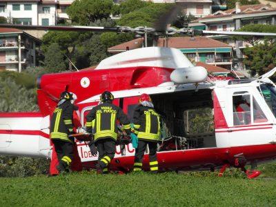 Un'operazione di soccorso con un elicottero dei Vigili del fuoco