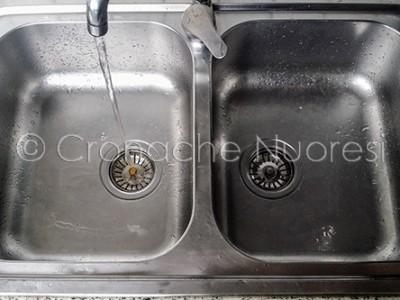 L'acqua della rete sgorga dal rubinetto (© foto Cronache