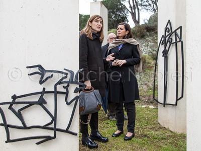 L'on. Boldrini con la Collu tra le opere di Maria Lai (© foto S.Novellu)