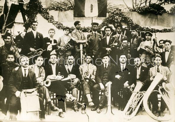Peppino (Giuseppe) Rachel, quart'ultimo da destra in basso (col cappello)