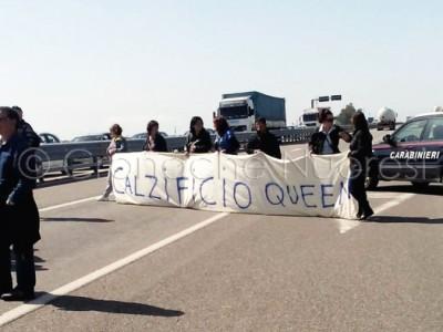 Un momento della manifestazione di protesta sulla SS. 131