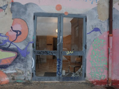 il portone della palestra della n.1 danneggiato dai vandali