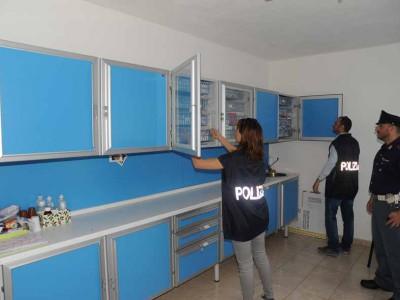 Gli agenti di Polizia ispezionano la