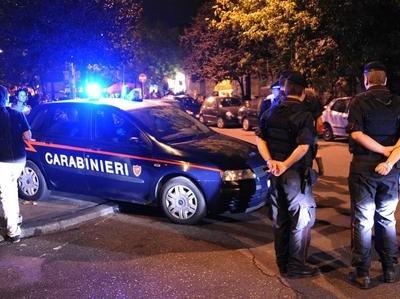 Carabinieri nei pressi di una discoteca