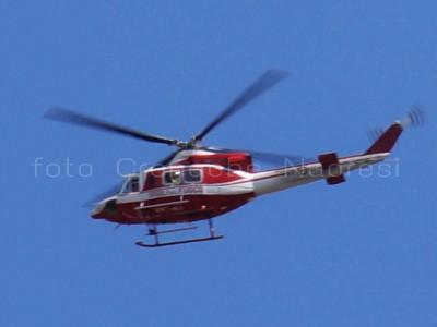 Un elicottero dei Vigili del fuoco durante l'intervento di soccorso