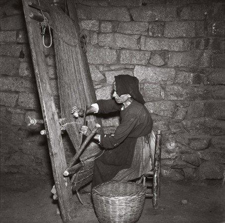 M. Sin-Pfältzer, Talana, donna al lavoro al telaio verticale, 1959 (© Ilisso Edizioni)