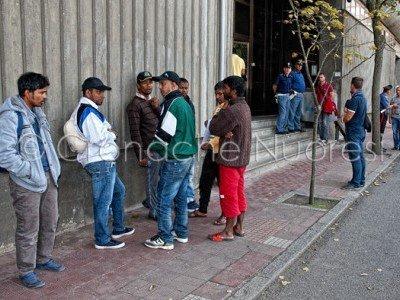 Migranti davanti alla Questura di Nuoro