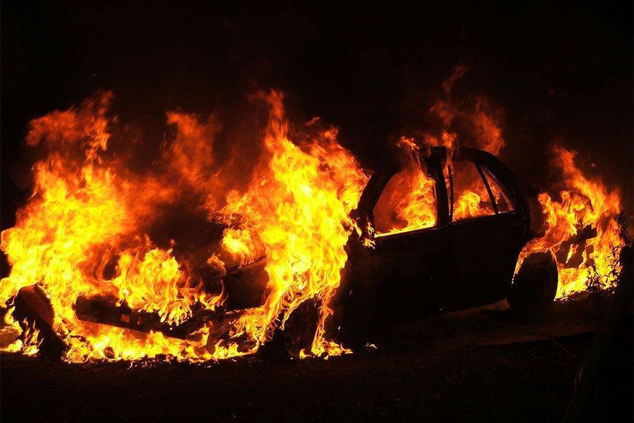 Un incendio distrugge 2 auto del patron del Tortolì Calcio
