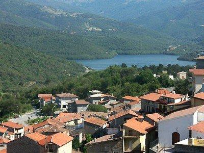 Vista di Gavoi, sullo sfondo con il lago di Gusana (foto G.Lucchette)