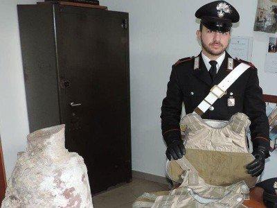 I giubbotti anti proiettile e l'anfora recuperati dai Carabinieri