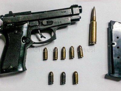 L'arma e le munizioni sequestrati dalla Polizia