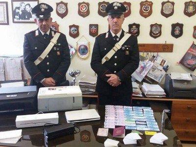Carabinieri con il materiale sequestrato