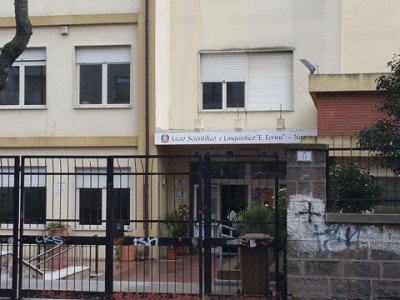 L'ingresso dell'Istituto del Liceo Fermi (©Foto Cronache Nuoresi)