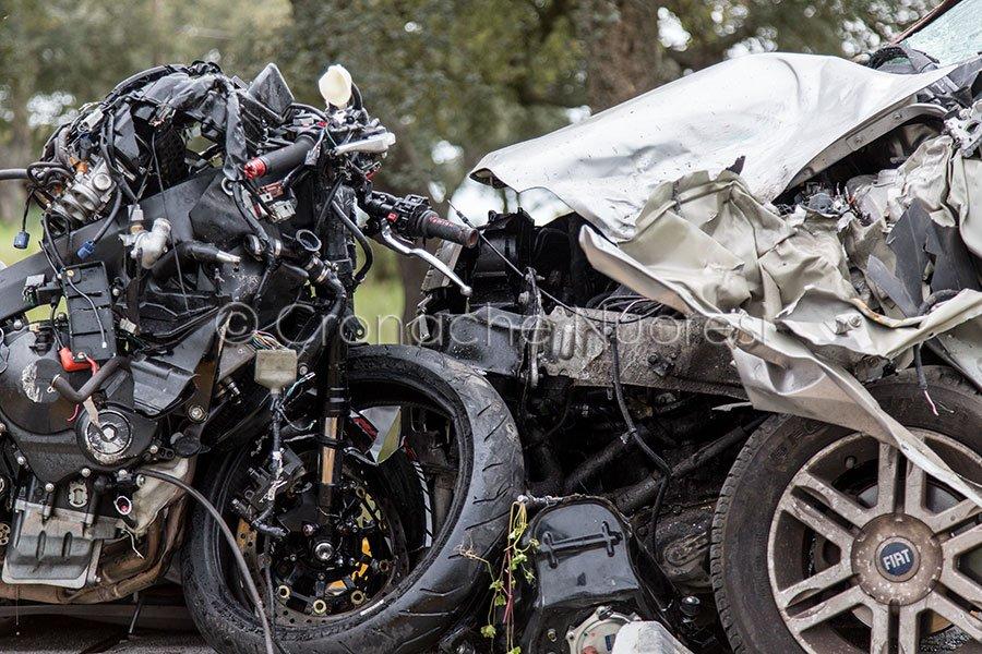 I rottami dei due mezzi coinvolti nello scontro (foto S.Novellu)