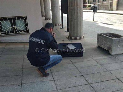 Un artificiere alle prese con la valigia abbandonata nei pressi del Comune di Macomer
