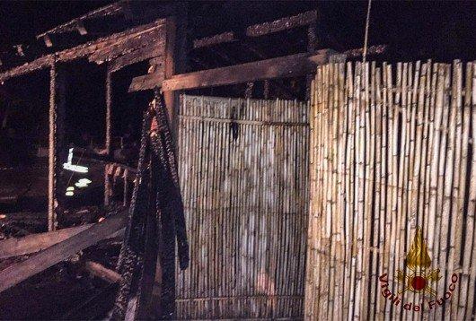I resti del chiosco dato alle fiamme nella notte a Girasole