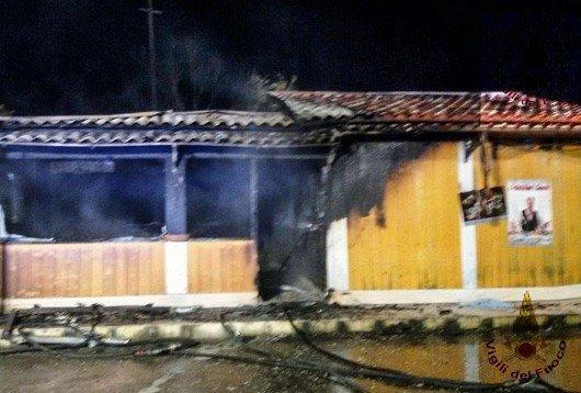 I resti del chiosco bruciato nella notte a Girasole
