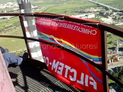 Ottana, operai protestano a 180 metri d'altezza contro la messa in cassa integrazione