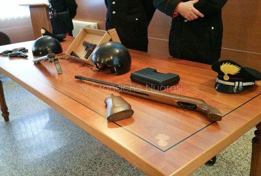 Le armi sequestrate dopo la rapina alla tabaccheria di Macomer