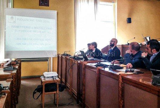 La conferenza stampa sulla riduzione di TARI e TASI (foto Cronache Nuoresi)