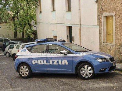La Polizia nella zona dello sfratto (foto Cronache Nuoresi)
