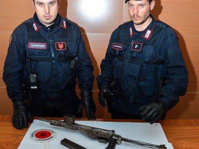L'arma da guerra sequestrata dai Carabinieri