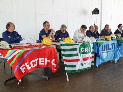 Ottana, un momento dell'assemblea dei lavoratori con sindacati e amministratori