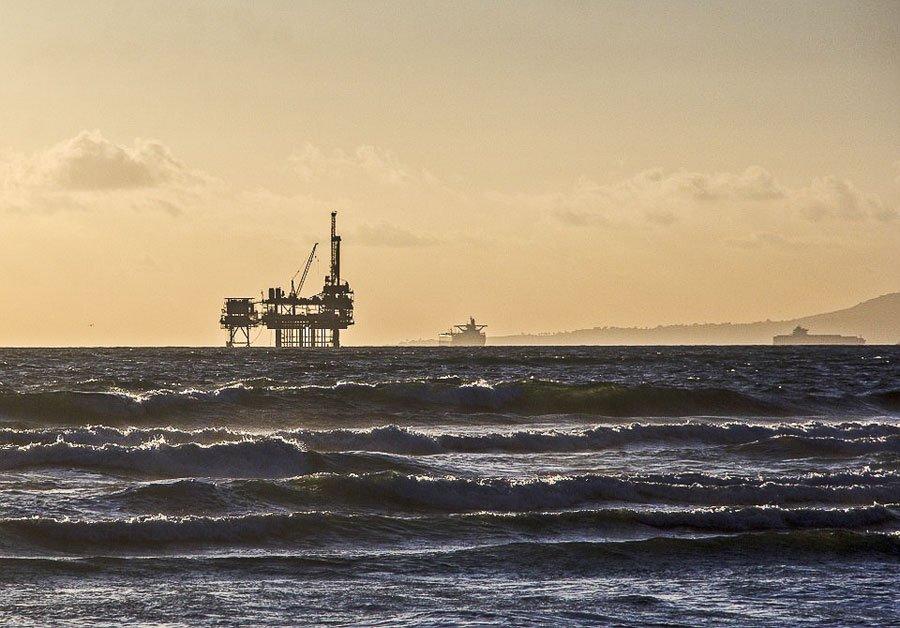 Una piattaforma petrolifera in mareUna piattaforma petrolifera in mare