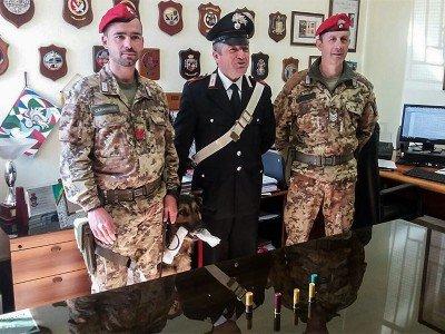 I Carabinieri con le cartucce sequestrate