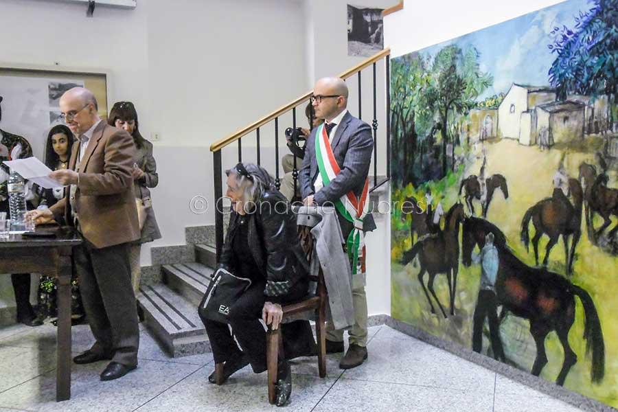 Liliana Cano omaggia Oliena con una sua grande opera pittorica – VIDEO