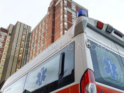 Un'ambulanza davanti al Pronto Soccorso di Nuoro (foto S.Novellu)